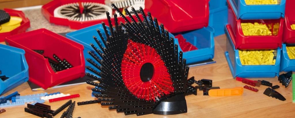 rotes Lego-Auge in Kreativumgebung