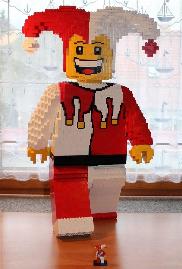 Skulptur eines Spaßvogels in Lego