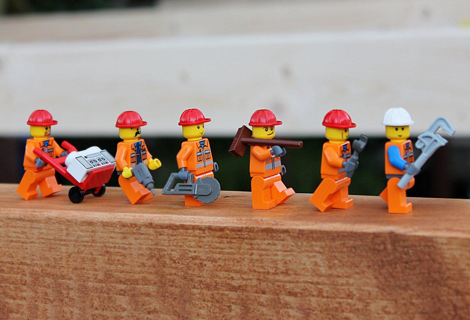 Bauarbeiter in Reih' und Glied