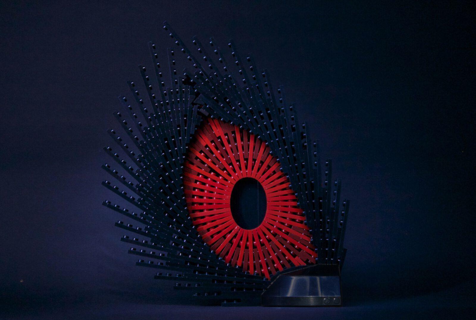 Skulptur eines roten Legoauges